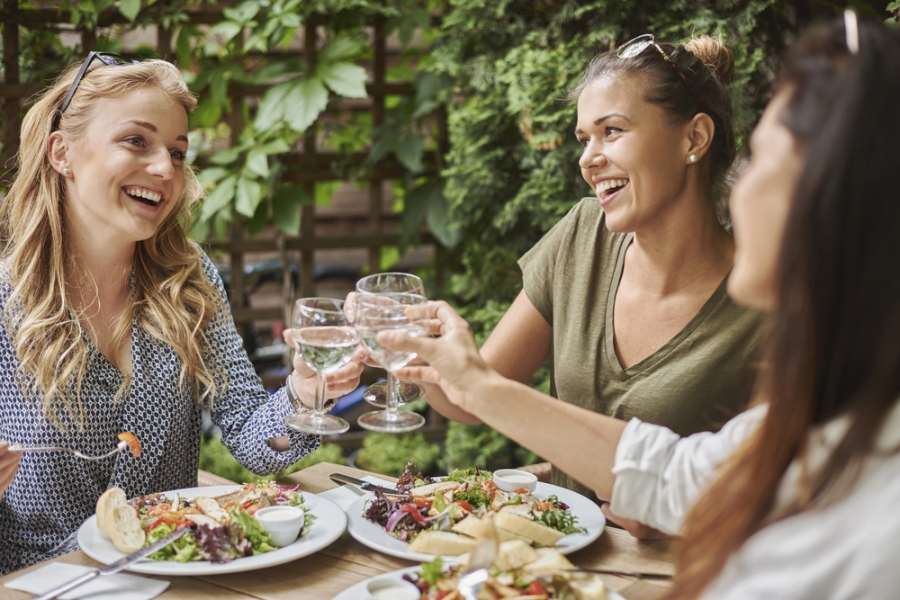 4 Calorie-Cutting Tips for Eating Out WithFriends
